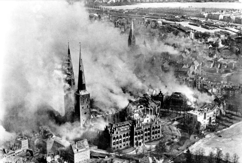 Bundesarchiv_Bild_146-1977-047-16,_Lübeck,_brennender_Dom_nach_Luftangriff
